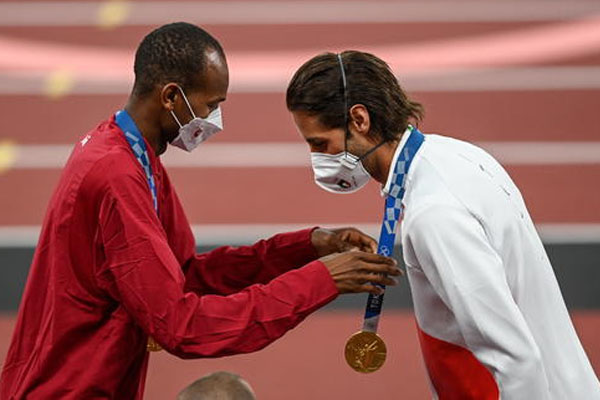 Mengharukan! Dua Atlet Lompat Tinggi Putuskan Berbagi Emas Olimpiade Tokyo 2020 - iMSPORT.TV